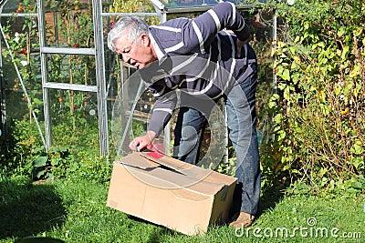 Rugpijn die zware doos verkeerd opheft.