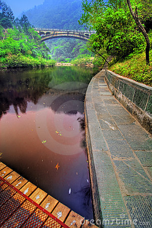 Ruhiger See in Wudang, China