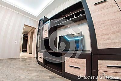 Ruime ruimte met meubilair grote kast en tv stock foto afbeelding 52334737 - Meubilair tv industrie ...