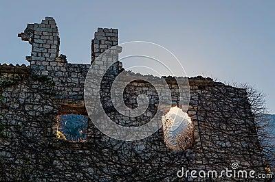 Rujnujący kamienia dom