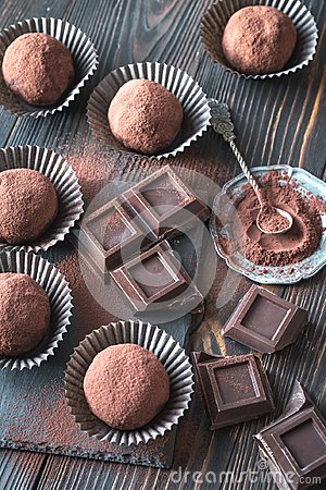 Free Rum Balls With Cocoa Powder And Chocolate Slices Royalty Free Stock Images - 108193259