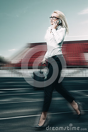 Free Running Business Woman Royalty Free Stock Photography - 42599477