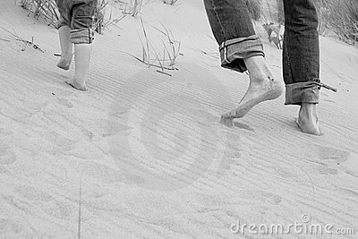 Running father and kid - toes in sand