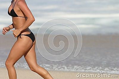 Running kvinna för strandbikini