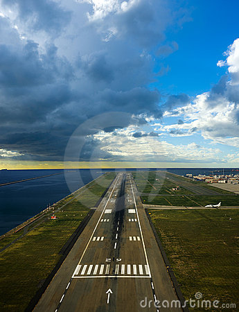 Free Runway Airport Royalty Free Stock Photography - 9041597