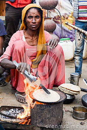 Free Rural Woman Cooking Chapati Royalty Free Stock Photography - 70370087