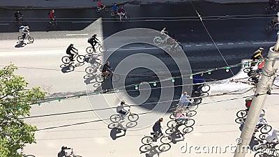 Russische Federatie, Respublic van Bashkortostan, Oefa Mei 2019 De partij van fietsers berijdt het cirkelen fiets, fietsparade do stock videobeelden