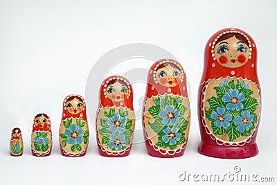 Zes russische poppen op witte achtergrond