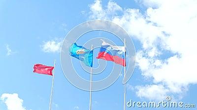 Russische vlag en het gebied van Astrakan vlag die binnen golven stock videobeelden