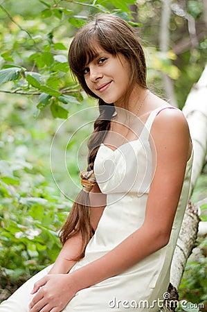 Russisches mädchen im weißen kleid in einem birkenwald stockbild