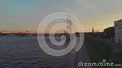 Russland, St. Petersburg Panorama Petrovskaya-Damm, eine Statue eines Löwen und ein Segelfregatte stock video footage