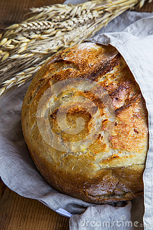 Free Rustic Bread. Whole Round Bread With Browned Crust In Linen Towe Royalty Free Stock Photography - 98107907