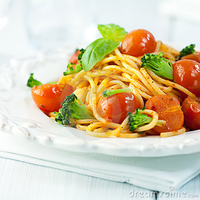 Rustic spaghetti with broccoli and tomatoes
