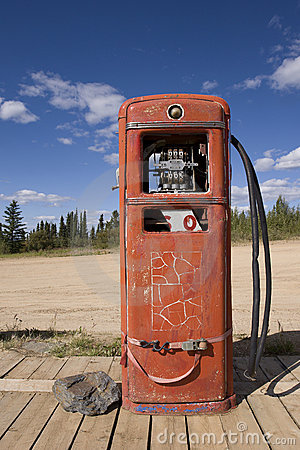 Rusty abandoned gas pump, Boundary