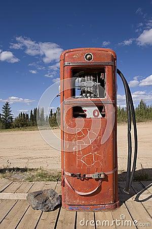 Rusty abandoned gas pump, Boundary