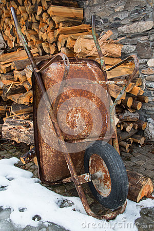 Free Rusty Wheelbarrow Royalty Free Stock Images - 48720219