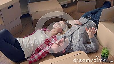 Ruszający się, przesuwający, naprawy, nowi klucze mieszkanie Dobiera się dziewczyny i faceta trzyma klucze mieszkanie podczas gdy zdjęcie wideo
