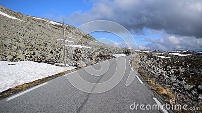 Ruta nacional turística de la nieve Aurlandsvegen en Noruega metrajes