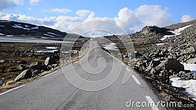 Ruta nacional turística de la nieve Aurlandsvegen en Noruega almacen de metraje de vídeo