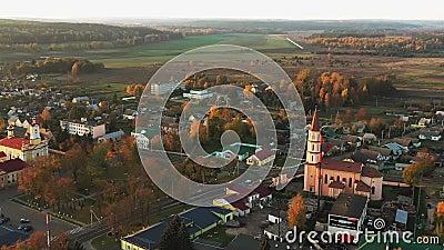 Ruzhany, Região de Brest, Bielorrússia Skyline Da Cityscape Na Noite Sunny Do Outono Visão De Pássaro Da Igreja Católica Trindade video estoque