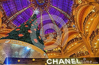 Árvore de Natal em Galeries Lafayette, Paris Foto Editorial