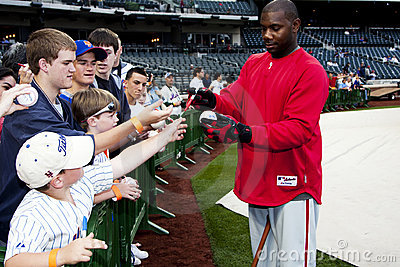 Ryan Howard signant le base-ball de ventilateurs Photographie éditorial