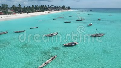 Rybaka ` s łodzie blisko turystycznej plaży w Zanzibar, antena zbiory