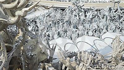 Rzeźby ludzkie ręki wtyka z ziemi jak piekło, od sztuki przyciągań pięknego chiang kulturalnego delikatnego khun rai rong zadania zbiory wideo