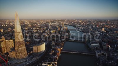 Rzeczny Thames między nowożytną architekturą Londyński śródmieście w pięknej powietrznej truteń panoramie zbiory