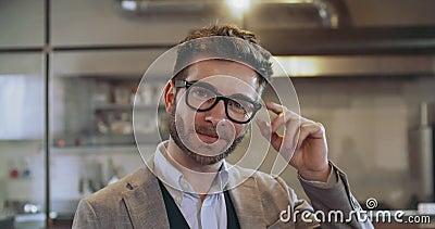 Säker man med glasögon som ler ståenden Företags affärsman, freelancer, små och medelstora företagägare på restaurangen stock video