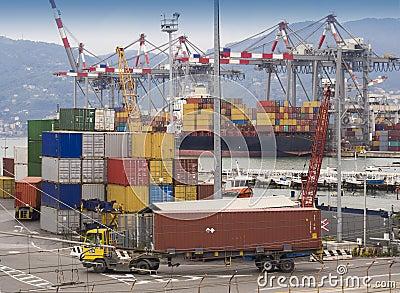 Sändningsbehållare på skeppsdockan