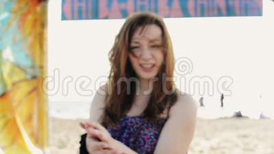 Séjour heureux de jeune fille sur des genoux sur la plage Jour ensoleillé d'été insousiant négligent banque de vidéos