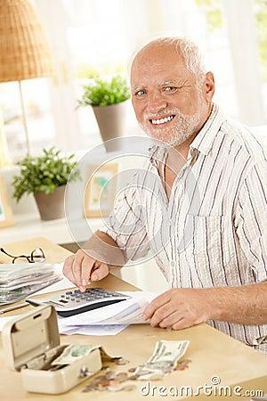 Sénior de sorriso na atividade financeira