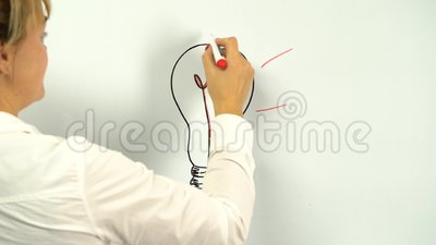 Símbolo de idea de bombilla luminosa con dibujo de rayos brillantes a bordo almacen de metraje de vídeo