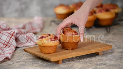 Süßes Hefegebäck mit Marmelade, frisch stock video footage
