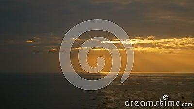 Słońce lekki promień od nieba przy zmierzchu czasem nad denną fala zbiory wideo