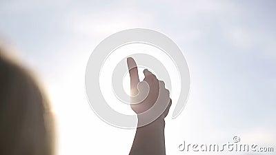 Słońce promienie przez palców palmowych femaleness swobodny ruch zdjęcie wideo