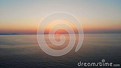 Słońce wkracza w spokojny ocean zbiory