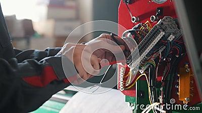` S электрика вручает устанавливать энергетическую систему на индустрию машинного оборудования видеоматериал
