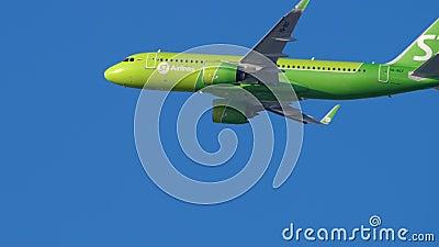 S7 Airbus A320 nähert sich stock footage