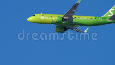 S7 Airbus A320 nadert stock footage