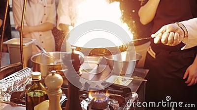 ` S Masterclass del cocinero Cocinero Cooking With Fire en sartén cocinero In del nProfessional una cocina comercial que cocina e almacen de metraje de vídeo