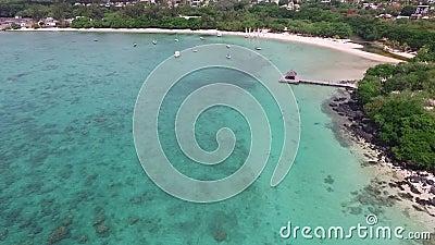 Sabbia Bach in Mauritius Volando con il fuco sopra l'Oceano Indiano e la gente stock footage