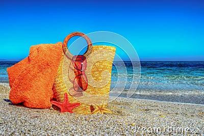 sac de paille serviette de plage et lunettes de soleil sur le sable photo stock image 54269620. Black Bedroom Furniture Sets. Home Design Ideas