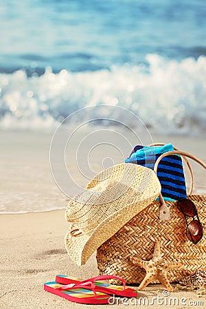 Sac de plage d été sur la plage sablonneuse