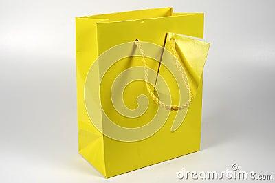 Sac jaune de cadeau
