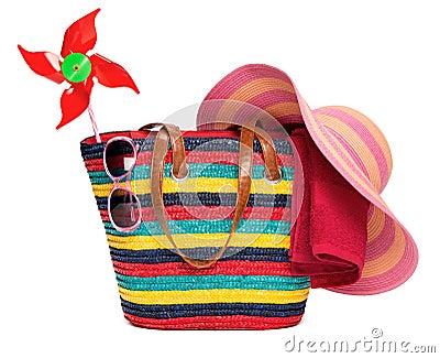 sac ray color de plage avec des lunettes de soleil d 39 une serviette de chapeau de paille et. Black Bedroom Furniture Sets. Home Design Ideas
