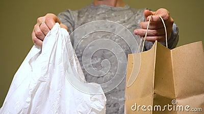 Sacco di carta scelto, non sacchetto di plastica Niente rifiuti archivi video