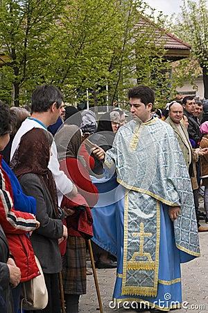 Sacerdote y creyentes Imagen de archivo editorial