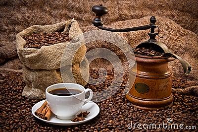 Sack der Kaffeebohnen, des weißen Cup und des Kaffeeschleifers